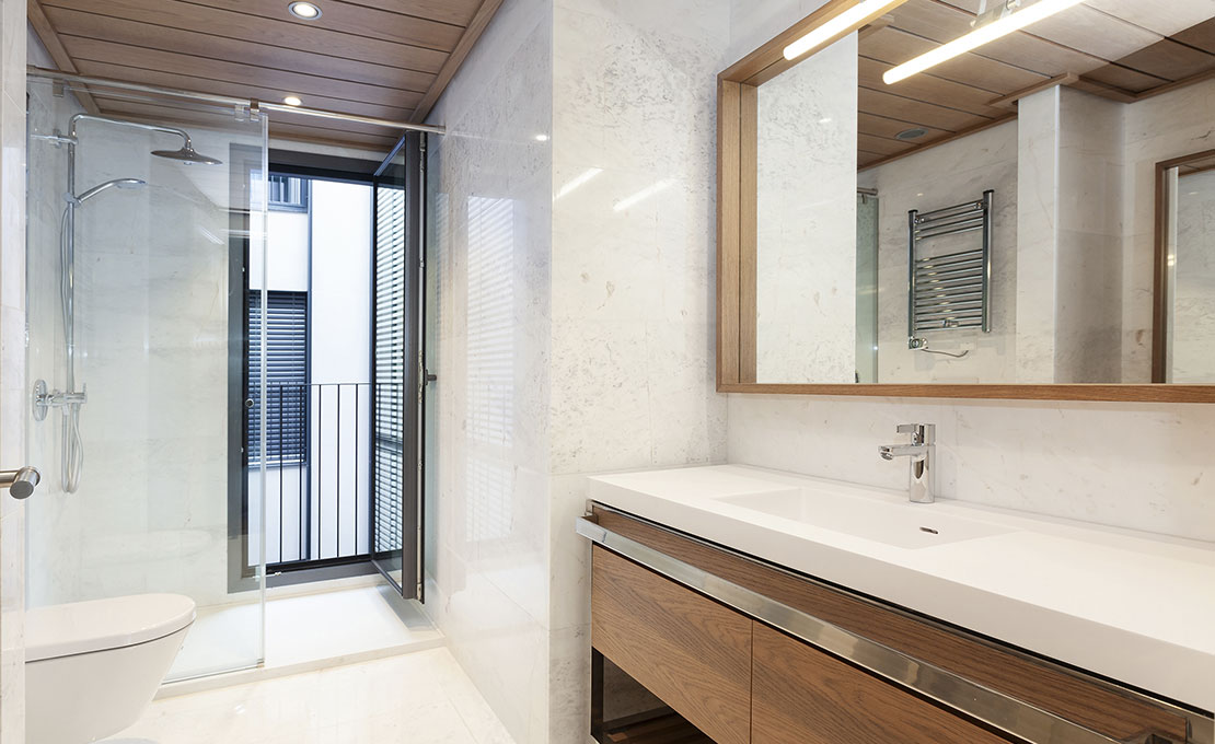 Bathroom equipped with shower with glass screens