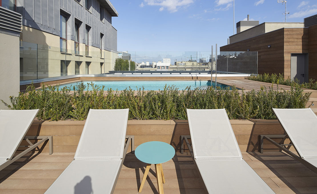 Communal swimming pool and solarium area on the roof